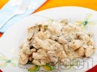 Пиле жулиен от филе (гърди) с пушено топено сирене, гъби, кисели краставички, сметана и бяло вино на тиган